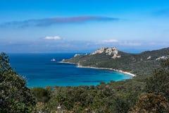 Vues de plage et de baie des collines de l'île de Porquerolles en Provence Photos stock