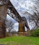 Vues de pont de chemin de fer de voie de train le long de Shelby Bottoms Greenway et du secteur naturel au-dessus des traînées de images libres de droits
