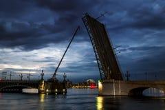 Vues de pont dilué de Troitsky à St Petersburg à égaliser l'IL photo stock