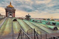 Vues de St Petersburg et l'Amirauté du toit de la cathédrale du ` s de St Isaac Photos stock