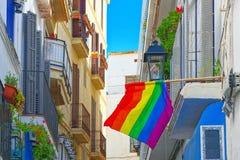 Vues de ville et drapeaux gais sur des buildinds dans une petite ville dans la sortie Image libre de droits