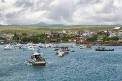 Vues des bateaux et des maisons arrivant chez Puerto coloré Baquerizo Moreno photo stock