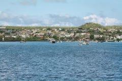 Vues des bateaux et des maisons arrivant chez Puerto coloré Baquerizo Moreno photo libre de droits