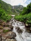 Vues des montagnes vertes avec la plus haute cascade photo stock