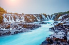 Vues dramatiques de la cascade lumineuse de Bruarfoss Attraction touristique populaire Endroit Islande du sud, l'Europe d'emplace photos stock