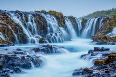 Vues dramatiques de la cascade lumineuse de Bruarfoss Attraction touristique populaire Endroit Islande du sud, l'Europe d'emplace images stock