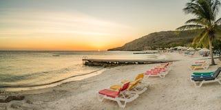 Vues du Curaçao de plage de coucher du soleil de PortoMarir image libre de droits