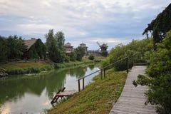 Vues du moulin de rivière et en bois photos stock