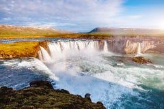 Vues gentilles de la cascade puissante ensoleillée lumineuse de Godafoss Locat photographie stock libre de droits