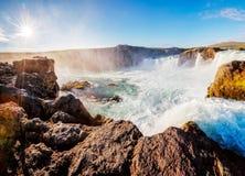 Vues gentilles de la cascade puissante ensoleillée lumineuse de Godafoss Locat photo stock