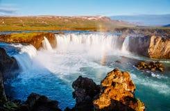 Vues gentilles de la cascade puissante ensoleillée lumineuse de Godafoss Rivière de Skjalfandafljot d'emplacement, Islande, l'Eur photo libre de droits