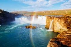 Vues gentilles de la cascade puissante ensoleillée lumineuse de Godafoss Rivière de Skjalfandafljot d'emplacement, Islande, l'Eur images stock