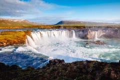 Vues gentilles de la cascade puissante ensoleillée lumineuse de Godafoss Rivière de Skjalfandafljot d'emplacement, Islande, l'Eur photographie stock