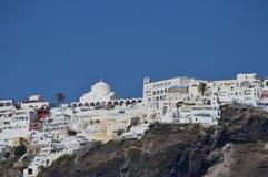 Vues merveilleuses de la ville de Fira sur une montagne sur l'île de Santorini de hautes mers Architecture, paysages, Crui photos stock