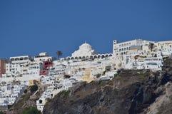 Vues merveilleuses de la ville de Fira sur une montagne sur l'île de Santorini de hautes mers Architecture, paysages, Crui photographie stock libre de droits