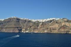 Vues merveilleuses de la ville de Fira sur une montagne sur l'île de Santorini de hautes mers avec un bateau transportant Passen images libres de droits