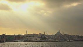 Vues panoramiques dans sunlights vers la banque pittoresque de la vieille ville Istanbul, Turquie de partie au coucher du soleil  banque de vidéos