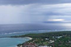 Vues renversantes du point le plus élevé sur la côte du sud de l'île de Rodriguez image stock