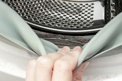 Vuil beschimmelde wasmachine verzegelend rubber en trommel dicht omhoog Vorm, vuil en limescale in wasmachine De toestellen van h stock foto