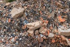 Vuil Bouwautokerkhof met Bakstenen, Beton die, het Huisvuilafval van de Cementmuur - Plastic Afval - voor het Milieu recycleren stock foto