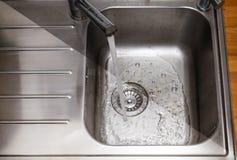 Vuil en schoongemaakt om te glanzen gootsteen in de keuken Royalty-vrije Stock Foto