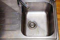 Vuil en schoongemaakt om te glanzen gootsteen in de keuken Stock Fotografie