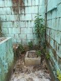 Vuil en verlaten hurkend toilet stock foto