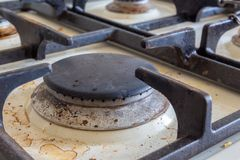 Vuil gasfornuis Het schoonmaken van de keuken stock fotografie