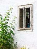 Vuil oud venster en het witten van muur, de oude bouw van het land Stock Foto