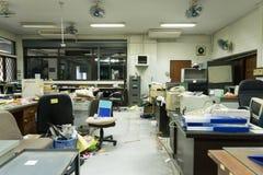 Vuil, slordig en verlaten bureau, slecht licht Stock Afbeelding