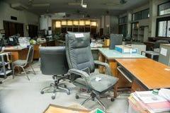 Vuil, slordig en verlaten bureau, slecht licht Royalty-vrije Stock Fotografie