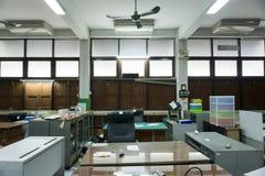 Vuil, slordig en verlaten bureau, slecht licht Royalty-vrije Stock Foto