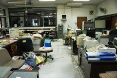 Vuil, slordig en verlaten bureau, slecht licht Stock Foto's