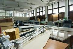 Vuil, slordig en verlaten bureau, slecht licht Stock Foto