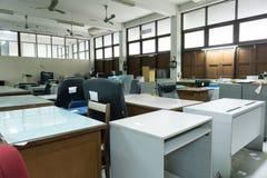 Vuil, slordig en verlaten bureau, slecht licht Stock Fotografie