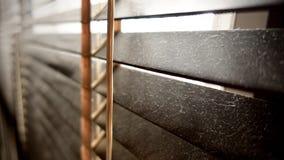 Vuil in stofvlekken horizontaal op close-up van venster het houten zonneblinden niet goed indien voor gezond, om het schoon te ma stock foto
