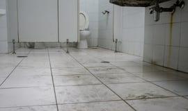 Vuil toilet in openbaar gebouw door menselijke gang royalty-vrije stock foto's