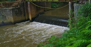 Vuil water die in rivier stromen royalty-vrije stock foto's