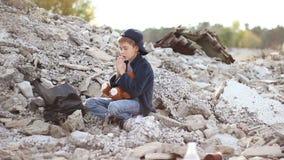 Vuil zit weinig weesjongen en leest een gebed stock videobeelden