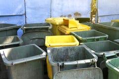 Vuile afvalbak, dumpster troep kringloop, plastic stapel van bak velen voor de stortplaats van het afvalafval, bakken voor de vui stock foto's