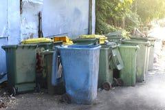 Vuile afvalbak, dumpster troep kringloop, plastic stapel van bak velen voor de stortplaats van het afvalafval, bakken voor de vui stock afbeeldingen