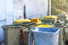 Vuile afvalbak, dumpster troep kringloop, plastic stapel van bak velen voor de stortplaats van het afvalafval, bakken voor de vui royalty-vrije stock foto's