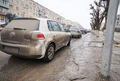 Vuile auto op de straat Royalty-vrije Stock Afbeelding