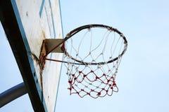 Vuile basketbalraad en hemel Stock Afbeeldingen
