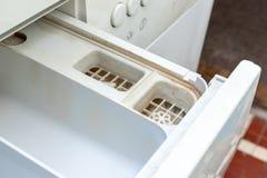 Vuile beschimmelde wasmachinedetergens en van de de automaatlade van het stoffenveredelingsmiddel het compartimenten dichte omhoo stock afbeeldingen