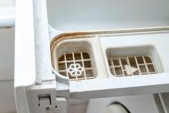 Vuile beschimmelde wasmachinedetergens en van de de automaatlade van het stoffenveredelingsmiddel het compartimenten dichte omhoo stock afbeelding