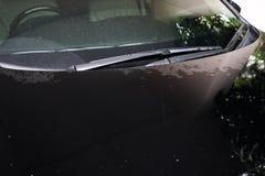 Vuile bevlekte zwarte auto, unremovable watervlek op de bonnet van de autoradiator stock fotografie