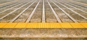 Vuile concrete weg met Gele tastbaar Stock Afbeeldingen