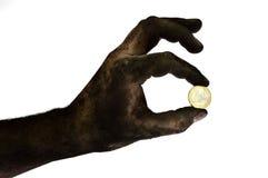 Vuile hand die één euro muntstuk houden. Stock Foto's