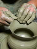 Vuile handen die aardewerk in klei maken Royalty-vrije Stock Foto